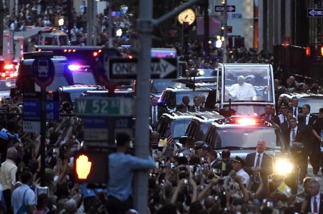 papa Francisco en el papamóvil por la Quinta Avenida de Nueva York