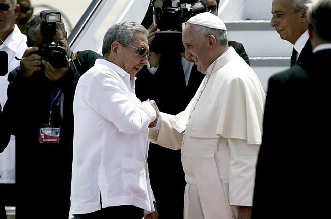 papa Francisco y Raúl Castro en el aeropuerto despedida de Cuba 22 septiembre 2015