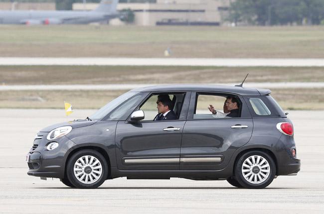 papa Francisco en un Fiat 500L coche que usó en Estados Unidos 22 septiembre 2015