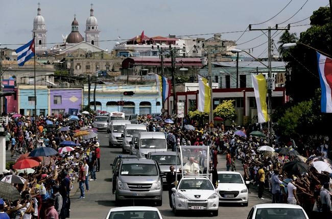 papa Francisco en papamóvil en las calles de Santiago de Cuba Viaje 19-22 septiembre 2015