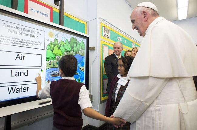 papa Francisco visita una escuela con inmigrantes en Harlem