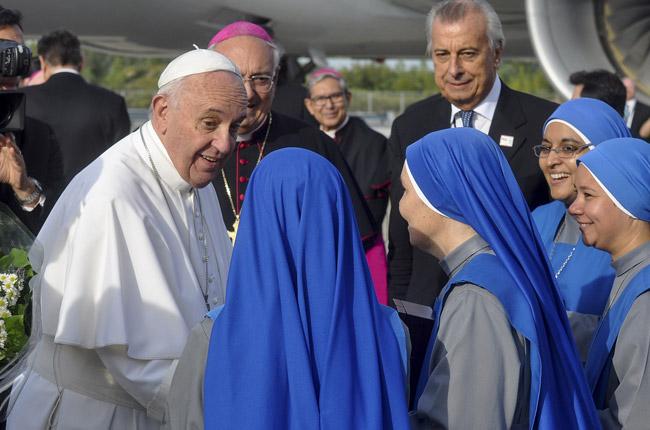 papa Francisco se va del aeropuerto JFK de Nueva York y saluda a religiosas de una congregación argentina asentadas en Brooklyn 26 septiembre 2015