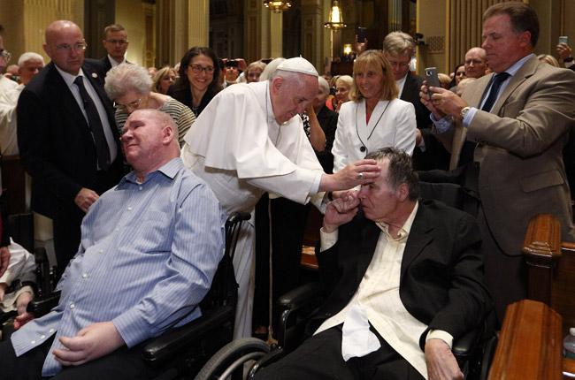 papa Francisco saluda a enfermos en la misa con obispos, sacerdotes y religiosos de Pensilvania en la Catedral de San Pedro y San Pablo Filadelfia 26 septiembre 2015