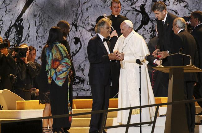 papa Francisco con Andrea Bocelli en la fiesta de las familias y vigilia de oración de EMF en Filadelfia 26 septiembre 2015