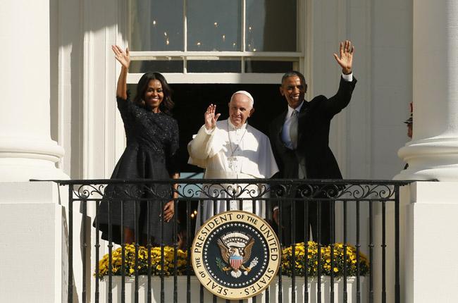 papa Francisco, Barack y Michelle Obama saluda desde el balcón de la Casa Blanca en la ceremonia de bienvenida 23 septiembre 2015