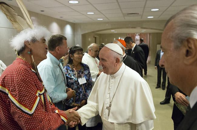 con nativo americano papa Francisco preside la misa de canonización de fray Junípero Serra Santuario Nacional de la Inmaculada Concepción 23 septiembre 2015
