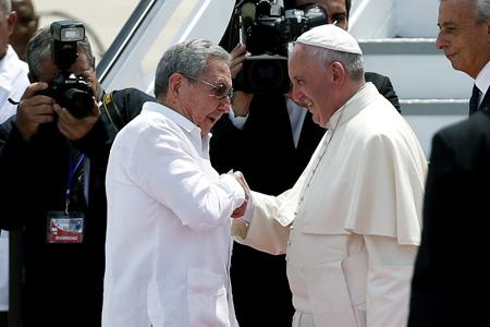 papa Francisco y presidente Raúl Castro se despiden en Santiago de Cuba en el aeropuerto al finalizar el viaje a Cuba 22 septiembre 2015