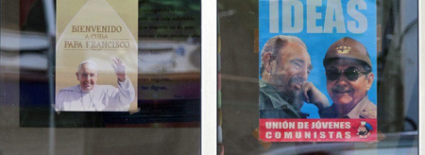 cartel de la visita del papa Francisco al lado de un cartel de Fidel y Raúl Castro antes del viaje a Cuba y Estados Unidos 19-28 septiembre 2015