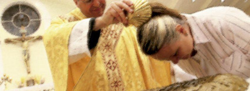 sacerdote bautizando a una chica en una capilla