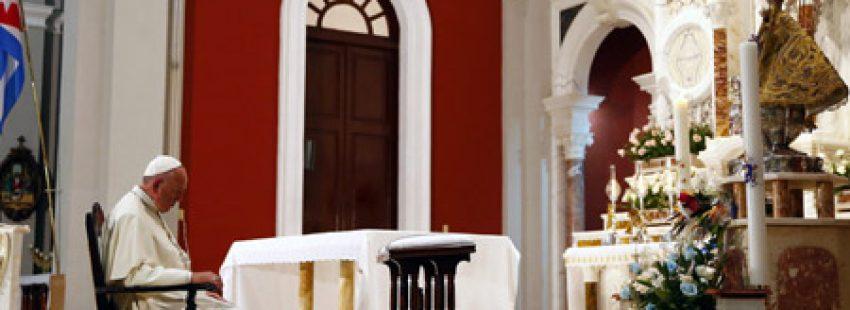 papa Francisco reza en el santuario de la Virgen de la Caridad del Cobre, Patrona de Cuba, en Santiago 21 septiembre 2015