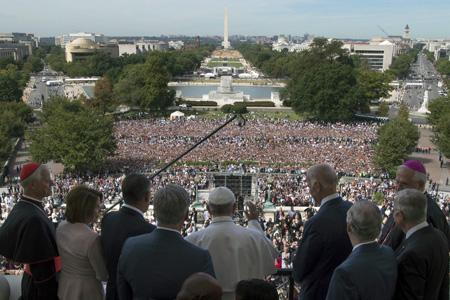 papa Francisco saluda a miles de personas desde el balcón del Capitolio tras el discurso al Congreso Estados Unidos 24 septiembre 2015