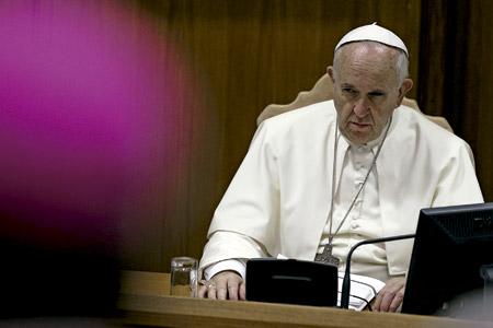 papa Francisco con gesto serio levanta la ceja mientras mira a cardenales