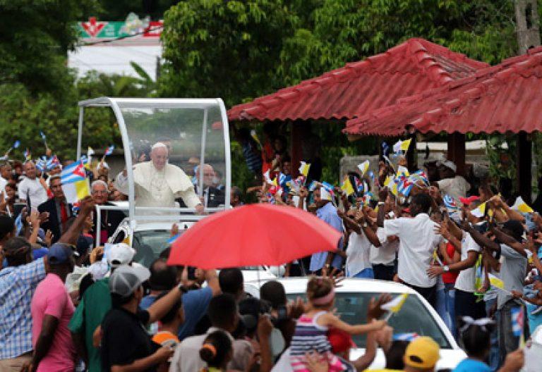papa Francisco en papamovil a su llegada a Santiago de Cuba 21 septiembre 2015