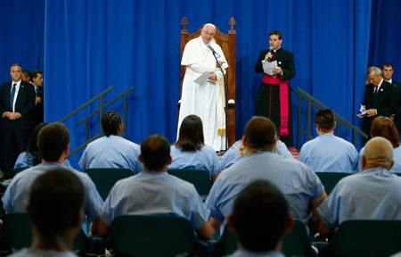 Francisco durante su encuentro con presos del correccional Curran-Fromhold (Filadelfia)