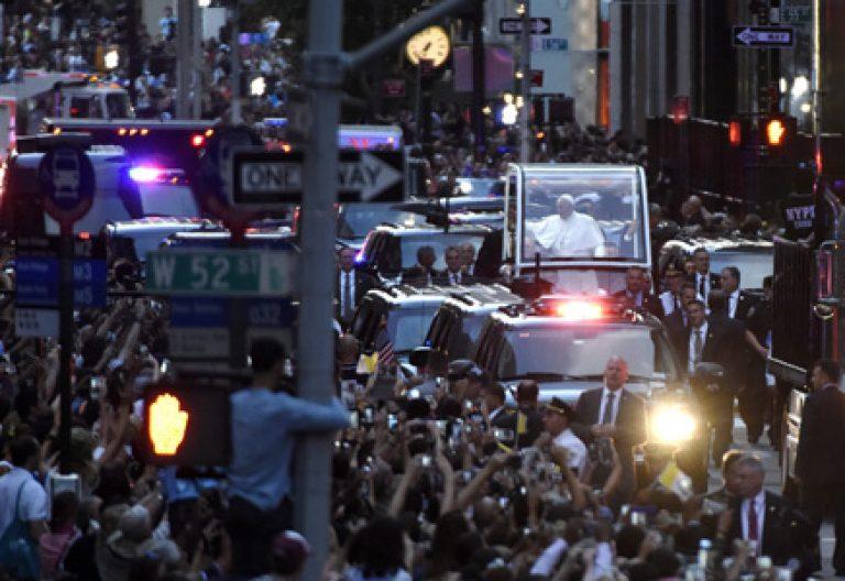 papa Francisco en papamóvil atraviesa la Quinta Avenida en Nueva York viaje a Estados Unidos 24 septiembre 2015