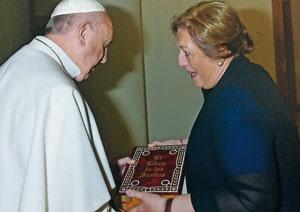 Mª Encarnación González Rodríguez  entrega al papa Francisco de un ejemplardeEl Libro de los Santos(Edicel).