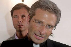 El sacerdote polaco Krzystof Charamsa y su pareja, el catalán Eduard Planas