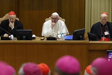 apertura del Sínodo de la Familia 2015 con el papa Francisco y los cardenales Lorenzo Baldisseri y Peter Erdo