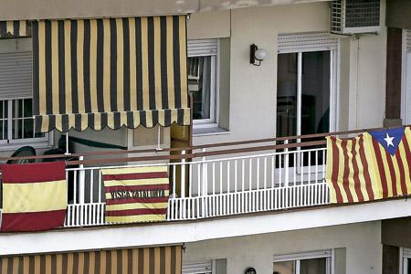 banderas de España, Cataluña y estelada independentista en Cataluña ante las elecciones autonómicas 27-S 27 de septiembre