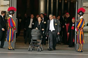 La familia Paloni, escoltada por la Guardia Suiza a la salida del Aula Sinodal