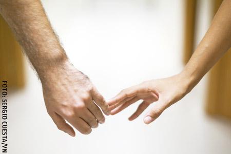 manos de una pareja separándose