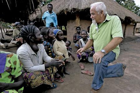 misionero en África en un poblado rural con mujeres y niños