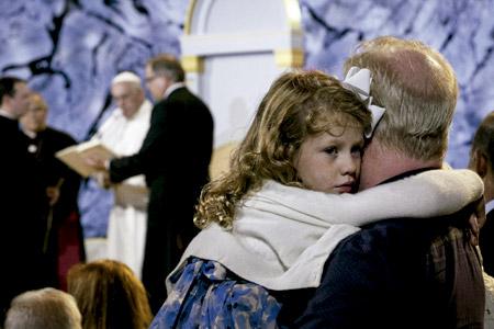 niña con su padre en el VIII Encuentro Mundial de las Familias en Filadelfia con el papa Francisco septiembre 2015