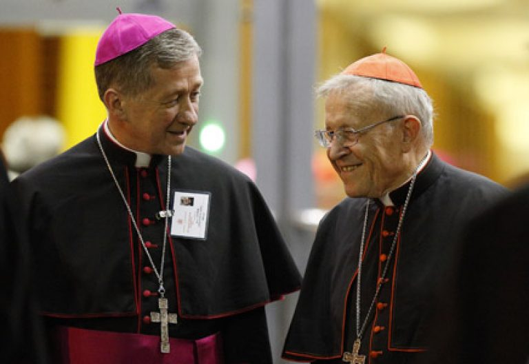 arzobispo Blase J. Cupich de Chicago y el cardenal alemán Walter Kasper en el Sínodo de la Familia 2015