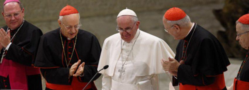 papa Francisco con varios cardenales en el acto de celebración 50 aniversario Sínodo de los Obispos 17 octubre 2015