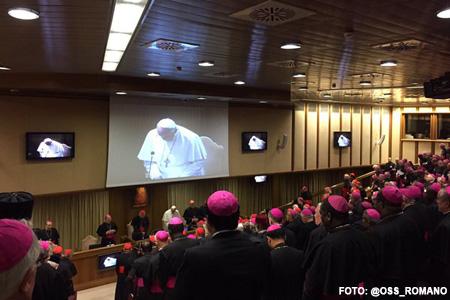 papa Francisco en el Aula Sinodal cierre Sínodo Familia 2015 24 octubre