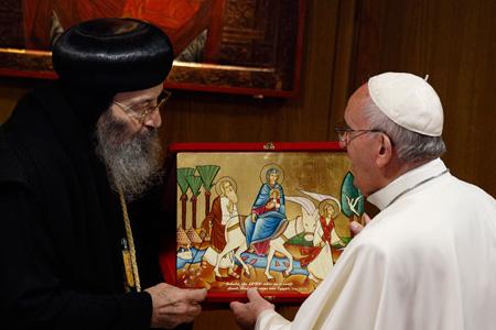 papa Francisco recibe icono de la Sagrada Familia de manos de Bishoy, representante de Iglesia ortodoxa copta de Alejandría Sinodo de la Familia 2015