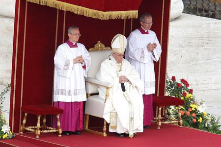 Francisco, durante la ceremonia de canonización de Vincenzo Grossi, Madre María de la Purísima, Ludovico Martin y Maria Azelia Guérin