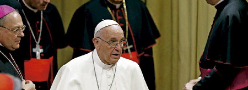 papa Francisco con obispos en el Sínodo de la Familia 2015