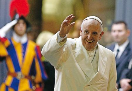 El saludo de Francisco tras salir de la última sesión del Sínodo de la Familia