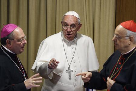 papa Francisco con Lorenzo Baldisseri secretario general del Sínodo y Fabio Fabene subsecretario