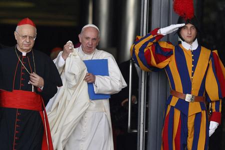 papa Francisco deja el Aula sinodal tras la sesión del Sínodo de la Familia 2015 viernes 23 octubre 2015