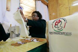 Elaboración de los ropajes litúrgicos del Papa en Kenia