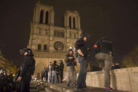 policía francesa en los alrededores de la catedral de Notre Dame de París atentados 13 noviembre 2015