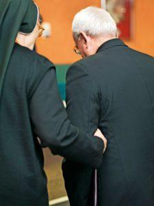 Renzo Fratini pasea junto a una religiosa XXII Asamblea de CONFER