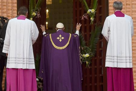 papa Francisco abre la Puerta Santa de la Catedral de Bangui República Centroafricana para abrir el Año Santo de la Misericordia 29 noviembre 2015