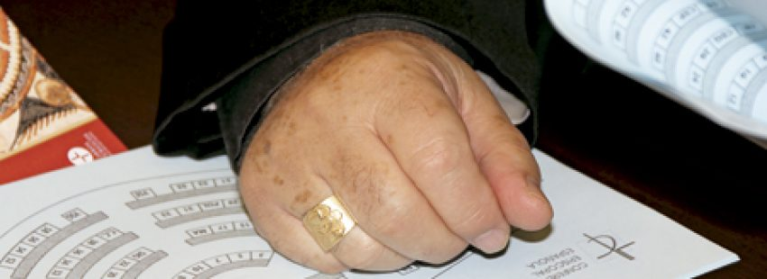 obispo español en una Asamblea Permanente detalle de una mano