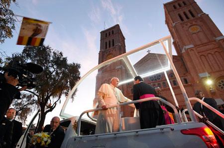 Francisco, a su llegada a la catedral de Kampala antes del encuentro con religiosos, religiosas, seminaristas y sacerdotes