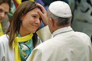 Francisco bendice a una mujer en el Aula Pablo VI
