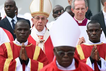 papa Francisco preside misa por los mártires de Uganda en el viaje a África sábado 28 noviembre 2015