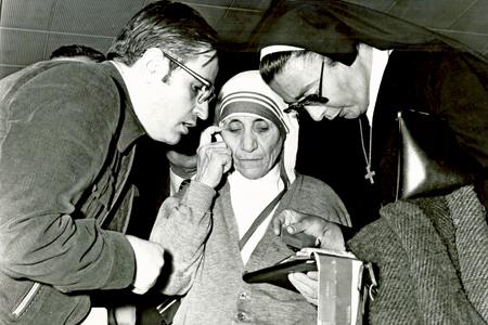 Madre Teresa de Calcuta con José Luis González-Balado en un viaje a Madrid