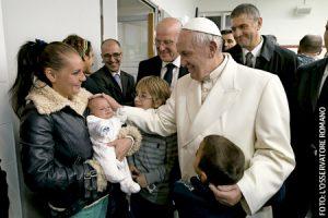 papa Francisco en el albergue de Caritas Roma donde abrio Puerta Santa de la Misericordia 18 diciembre 2015