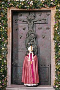 papa-francisco-puerta-santa-san-juan-de-letran-G