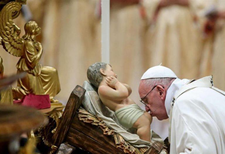 papa Francisco en la Misa del Gallo 24 diciembre 2015 besa a la figura del niño Jesús