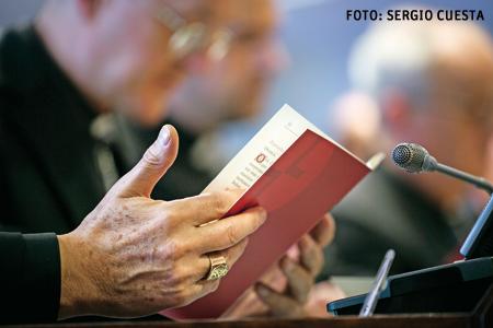 detalle de una mano de obispo en la Asamblea Plenaria CEE noviembre 2015
