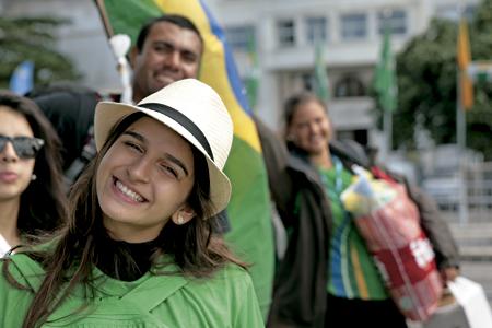 jóvenes católicos en una celebración de Iglesia durante la JMJ de Brasil 2011